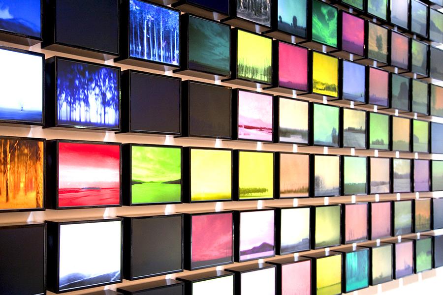 Davide Coltro, Res_publica I (2011), installazione di 96 quadri elettronici serie MD-SYSTEM19 con aggiornamento wireless da remoto,  hardware e software progettati  dall'artista. Materiali: componenti elettronici industriali  -  software. Tecnica: pittura elettronica. Dimensione: 4x7 m. (Courtesy Gagliardi e Domke Gallery - Turin, foto archivio dell'artista)